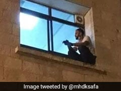 कोरोना से हुई मां की मौत, अस्पताल की दीवार चढ़कर खिड़की से ऐसे किया आखिरी दीदार - देखें Viral Photo