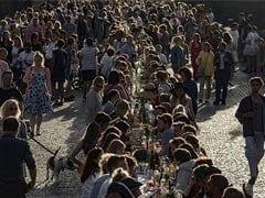 COVID-19 लॉकडाउन खत्म होने पर शहर ने इस तरह मनाया जश्न, डिनर पार्टी में जमा हुए इतने सारे लोग...