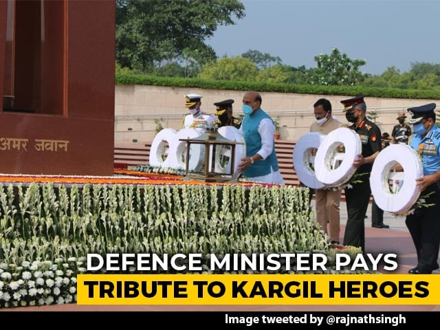 Video : Defence Minister Rajnath Singh Pays Tribute To Kargil Heroes