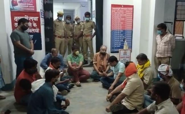उत्तर प्रदेश : थाने के बाहर धरने पर बैठे BJP विधायक, पुलिस पर लगाया ये आरोप