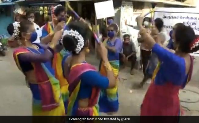 कोरोना को लेकर जागरूक करने झुग्गी बस्ती में पहुंचीं ट्रांसजेंडर, साड़ी पहन ऐसे किया डांस - देखें Video