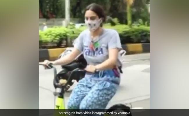 सारा अली खान मुंबई की सड़कों पर तेज रफ्तार में साइकिल दौड़ाती आईं नजर, Video हुआ वायरल