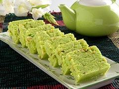 High Protein Diet: मीठा खाने की हो रही है इच्छा? घर पर आसानी से बनाएं मूंग दाल का स्वादिष्ट हलवा