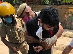 दिल्ली की डिफेंस कॉलोनी में पिस्तौल ताने हुए बदमाश को पुलिस ने धरदबोचा