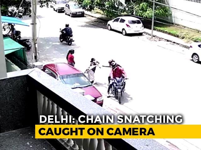 Video : In Posh Delhi Locality, 2 Men On Bike Snatch Gold Chain. Caught On CCTV