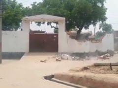 कानपुर : 8 पुलिसकर्मियों की हत्या करने वाले विकास दुबे पर यूपी सरकार की कार्रवाई, JCB से ढहाया गया मकान