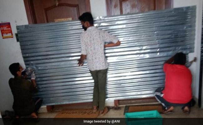 बेंगलुरु में महानगर पालिका के कर्मियों ने परिवार को अंदर में ही बंद कर घर को किया सील, बाद में मांगी माफी