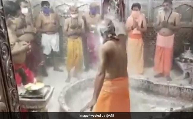 सावन के आखिरी सोमवार पर उज्जैन के महाकलेश्वर मंदिर में की गई भस्म आरती, देखें Video
