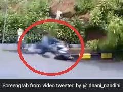 सड़क से गुजर रहा था शख्स, तभी हुआ भूस्खलन, बाइक घुमाकर ऐसे बचाई जान... देखें Viral Video