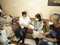 दिल्ली: डॉ असीम गुप्ता के परिवार से मिले सीएम केजरीवाल, एक करोड़ की राशि दी