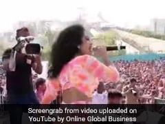 Neha Kakkar ने स्टेज पर जोरदार परफॉर्मेंस से फैन्स को यूं झूमाया, बार-बार देखा जा रहा Video