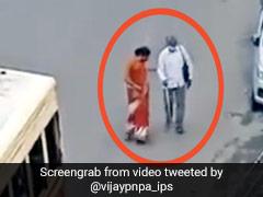 नेत्रहीन बुजुर्ग के लिए महिला ने इस तरह भागकर रोकी बस, IPS अफसर ने दिया ऐसा रिएक्शन... देखें Viral Video