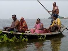सच्ची जनप्रतिनिधि..बाढ़ में नाव खेकर लोगों को नदी पार करा रहीं वार्ड सदस्य उर्मिला देवी, बांट रहीं राशन