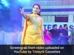 Sapna Choudhary ने स्टेज से यूं मारी गोली, फैन्स हो गए घायल, देखें वायरल डांस Video