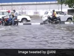 दिल्ली और आसपास के क्षेत्रों में भारी बारिश से मौसम खुशनुमा, कई जगह ट्रैफिक जाम की नौबत आई