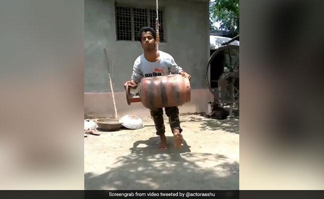 Video: गैस के सिलिंडर के साथ इस लड़के ने किए ऐसे करतब, बॉलीवुड एक्टर बोले- एक्सिलेंट...