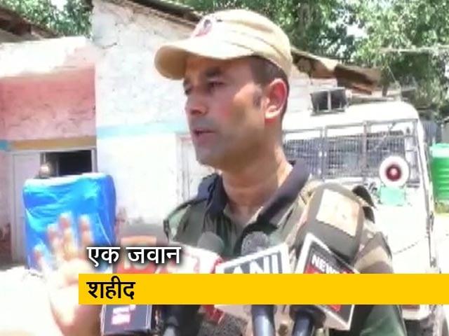 Videos : कश्मीर में CRPF पर आतंकी हमले में पुलिस ने बचाई 3 साल के मासूम की जान