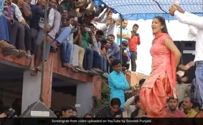 Sapna Choudhary ने स्टेज पर किया लाजवाब डांस, इंटरनेट पर छा गया Video