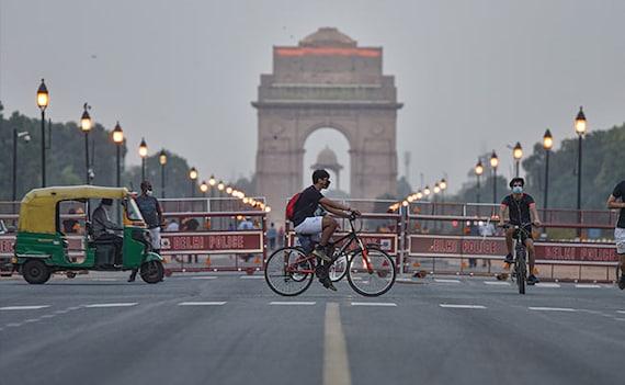 दिल्ली में कोरोना को लेकर कड़ी पाबंदियां : रेस्तरां, मेट्रो-बस 50% क्षमता से चलेंगे, शादी में अधिकतम 50 लोग