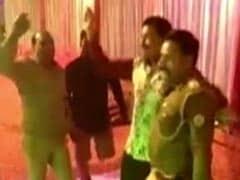 'कमाल' की यूपी पुलिस, अपराधी के साथ नागिन डांस करते हुए निलंबित दारोगा का VIDEO वायरल