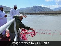 पीएम मोदी ने लद्दाख यात्रा के दौरान सिंधु नदी के तट पर पूजा-अर्चना की