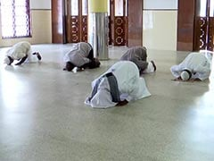 Watch: Muslims At A Kerala Mosque Maintain Social Distance, Offer Prayers
