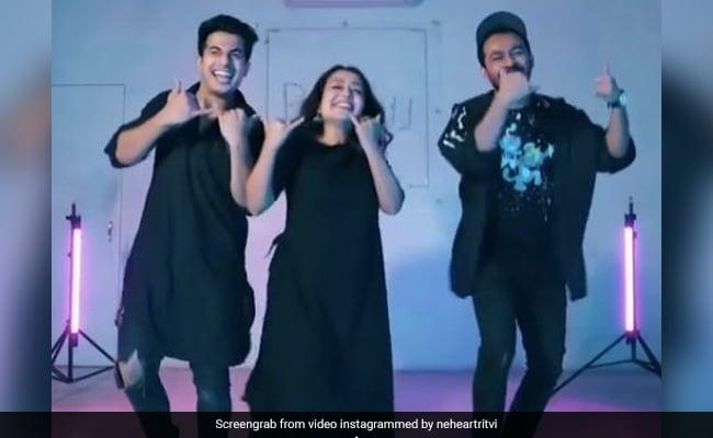 नेहा कक्कड़ ने काले कुर्ते पजामे में टोनी कक्कड़ के साथ किया धमाकेदार डांस, भाई-बहन की जोड़ी ने मचा दी धूम- देखें Video