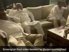 केंद्रीय मंत्री ने शेयर किया कांग्रेस विधायकों का VIDEO, बोले- होटल में पैर पसार कर 'लगान'देख रही गहलोत सरकार