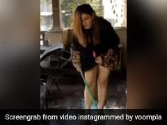 रवीना टंडन पूरा मेकअप करके घर की बालकनी में पोछा लगाती आईं नजर, बोलीं- इंटरव्यू से ठीक पहले- देखें Video