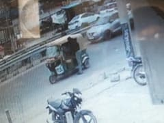 8 पुलिसवालों का 'कातिल विकास दुबे' CCTV में कैद? घर से निकला और ऑटो में बैठकर हो गया रफूचक्कर : पुलिस सूत्र