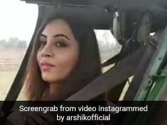 अर्शी खान ने डर पर काबू करते हुए की हेलीकॉप्टर की सवारी, बोलीं- जब आप डरपोक हो...देखें Video