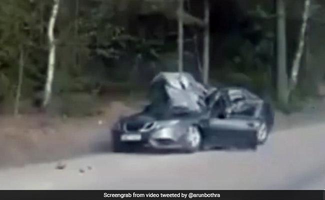 सड़क किनारे खड़ी कार के ऊपर गिरा इतना बड़ा पत्थर, टायलेट कर रहे ड्राइवर का हुआ ऐसा हाल... देखें Video
