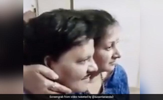 गंजे शख्स ने पत्नी के साथ ऐसे खिंचवाई फोटो, Video देखकर रोक नहीं पाएंगे हंसी