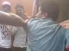 MP में लहसुन चोरी करने के आरोप में भीड़ ने शख्स को बेरहमी से पीटा, Video हुआ वायरल