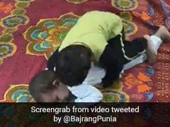 दो बच्चों के बीच हुआ कुश्ती का मुकाबला, पटखनी देख रेसलर बोला- 'नन्हे पहलवान...' - देखें Cute Video