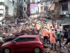 मुंबई में भारी बारिश के बीच दो इमारतों के हिस्से गिरे, कई लोगों के फंसे होने की आशंका