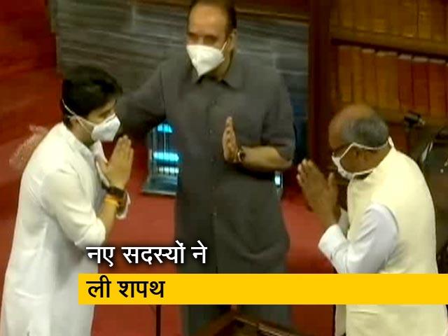 Videos : राज्यसभा में शपथ ग्रहण के दौरान दिग्विजय-सिंधिया का हुआ आमना-सामना
