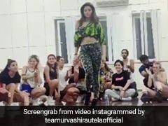 उर्वशी रौतेला ने दिखाए जोरदार डांसिंग मूव्स, विदेशी डांसरों ने खूब बजाई ताली- देखें थ्रोबैक Video