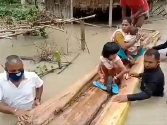 Video : Assam MLA Walks In Waist-High Flood Waters To Rescue People   NDTV Beeps