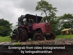 सलमान खान ने भारी बारिश में जोता खेत, कभी चलाया ट्रैक्टर तो कभी नीचे उतर कर लिया खेत का जायजा- देखें Video