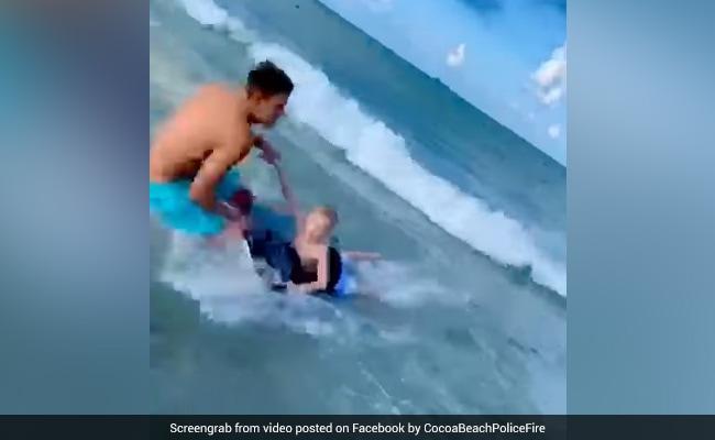 समुद्र के किनारे खेल रहा था बच्चा तभी पास आ गई शार्क और फिर... देखें Shocking Video