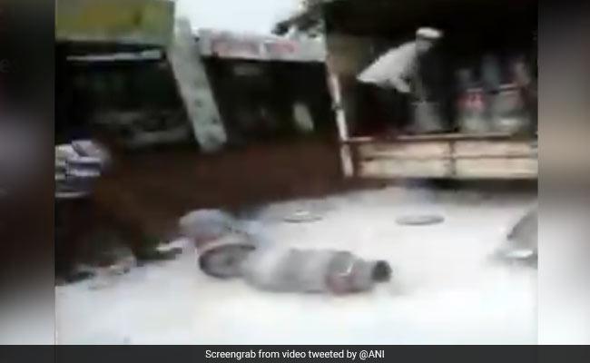 महाराष्ट्र में प्रदर्शन के बीच सड़कों पर बहाया गया हजारों लीटर दूध तो भड़कीं एक्ट्रेस, बोलीं- मेरा खून खौल गया...