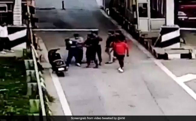 Photo of Toll Plaza Staff Thrashed For Asking To Pay Tax In UP's Greater Noida: Cops