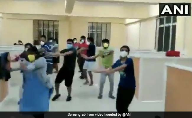 #WATCH Karnataka: Asymptomatic #COVID19 positive patients organise a flash mob at a COVID care centre in Bellary where they are admitted. (19.07.2020)