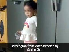 फ्रिज से खाना चुरा रही थी बेटी, मां ने पकड़ा तो खड़े होकर करने लगी सोने का नाटक... देखें Funny Video