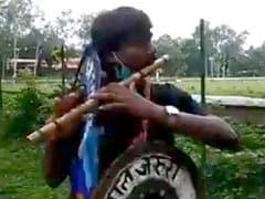 बांसुरी बजा कर जंगल बचाने निकले युवा, सड़क बनाने के लिए 450 पेड़ काटे जाने का विरोध