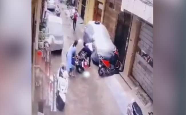 मां ने संघर्ष कर नन्ही बेटी को किडनैपरों से बचाया, CCTV में कैद हुई घटना, देखें VIDEO