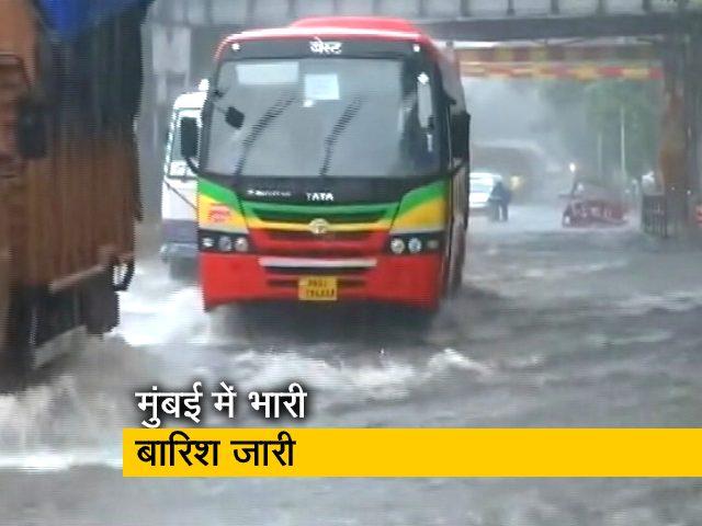 Videos : मुंबई में भारी बारिश से कई इलाकों में भरा पानी, आने-जाने में हो रही मुश्किल