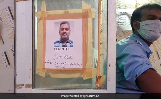 कानपुर एनकाउंटर केस : विकास दुबे अब तक पुलिस की गिरफ्त से दूर, तलाश में टोल प्लाजा पर लगाए गए पोस्टर
