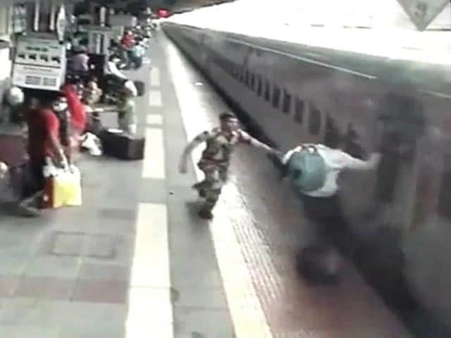 Video : Man Nearly Crushed Under Train, Saved By Alert Security Personnel | NDTV Beeps